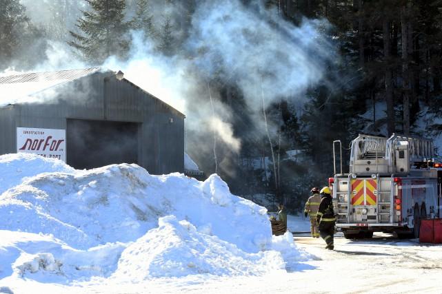 Le feu s'est déclaré vers 8h30 au garage... (Le Progrès-Dimanche, Rocket Lavoie)
