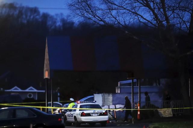 Le corps de la victime a été retiré... (AP, John Minchillo)