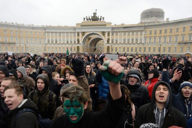 À Saint-Pétersbourg, deuxième ville de Russie, environ 4000... (PHOTO AFP)