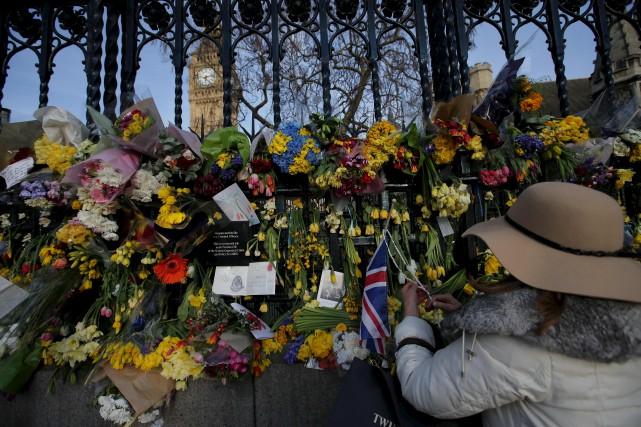 Une femme rend hommage aux victimes de l'attentat... (AFP, Daniel Leal-Olivas)