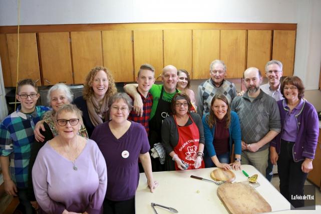 Des membres du comité Action Réfugiés Sutton ont... (Catherine Trudeau, La Voix de l'Est)