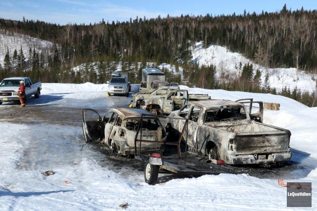 Cinq voitures ont été la proie des flammes,... (Le Quotidien, Yohann Gasse)