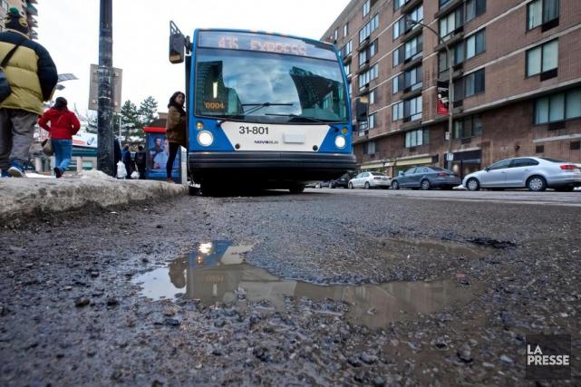 La chaussée devant les arrêts d'autobus de la... (PHOTO ANDRÉ PICHETTE, LA PRESSE)