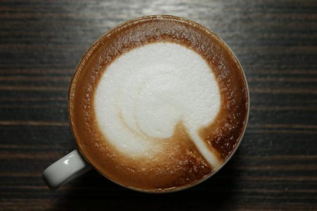 Un bon barista doit absolument maîtriser l'art de... (PHOTO MARTIN CHAMBERLAND, LA PRESSE)