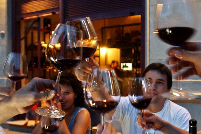 La surconsommation d'alcool est banalisée dans certaines publicités... (Photo Natacha Pisarenko, AP)