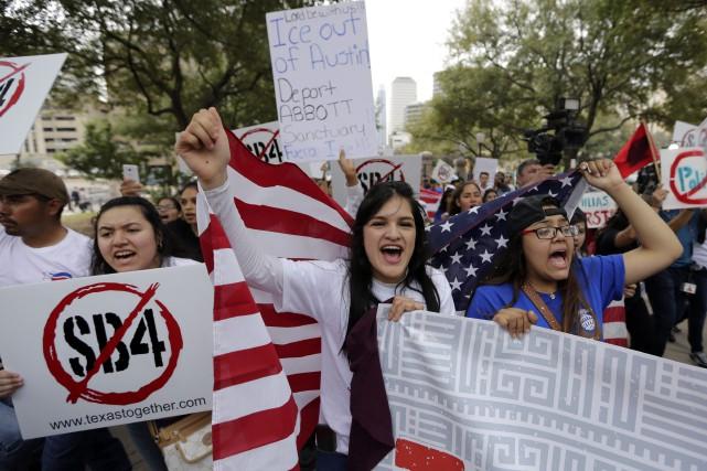Une manifestation soutenant les villes refugesà Austin, au... (PHOTO AP)