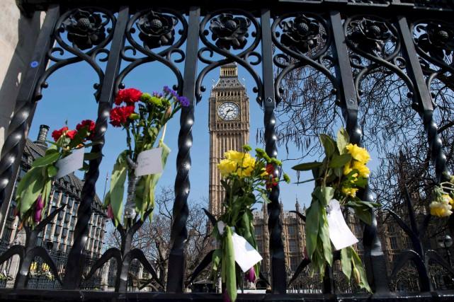 Des fleurs devant le Parlement de Londres pour... (AFP, Justin Tallis)