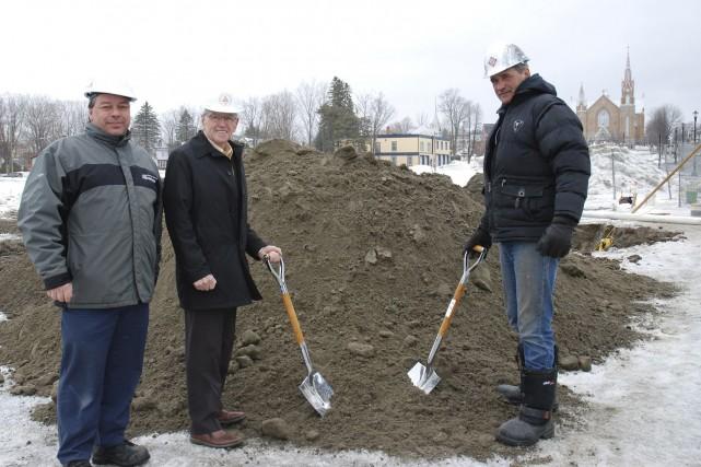 La première pelletée de terre qui lançait les... (Photo fournie)