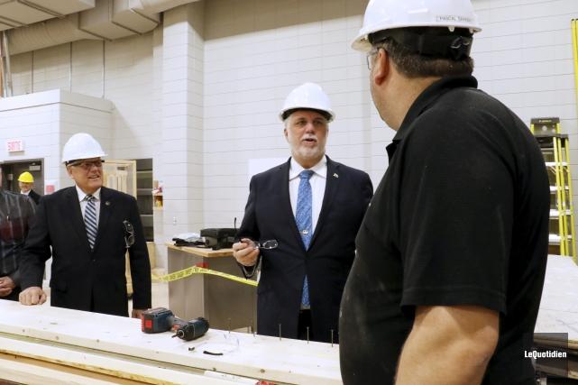 Le premier ministre Philippe Couillard et le député... (Photo Le Quotidien, Yohann Gasse)