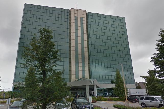 Plus d'un millier de personnes ont été confinées à l'intérieur d'un édifice... (Capture d'écran, Google Maps)