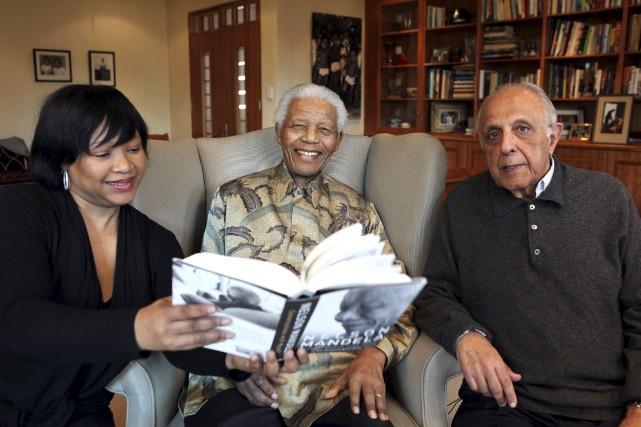 Ahmed Kathrada en compagnie de Nelson Mandela et... (AFP)