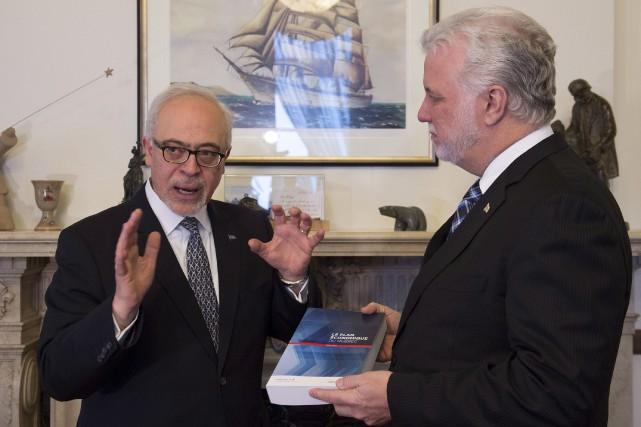 Le ministre des Finances, Carlos Leitao, discute avecle... (La Presse canadienne)