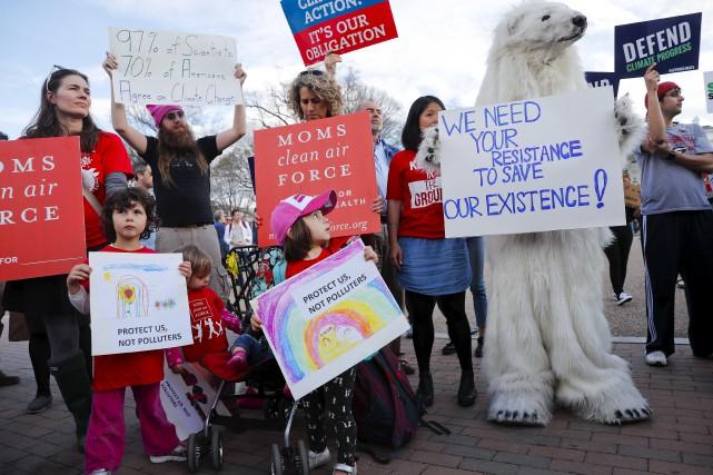 Des manifestants protestent devant la Maison-Blanche contre le... (AP, Pablo Martinez Monsivais)