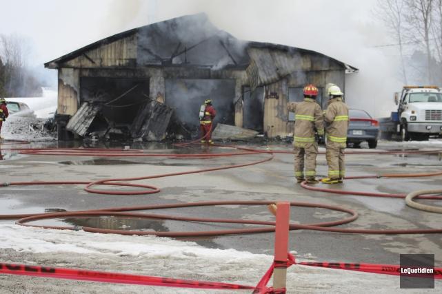 Un incendie a complètement détruit a un garage... (Photo Le Quotidien, Isabelle Tremblay)