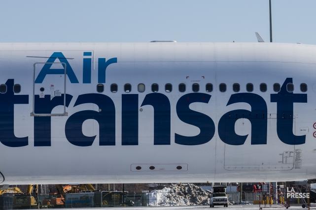 Les passagers du vol TS157 ont été retenus... (La Presse)