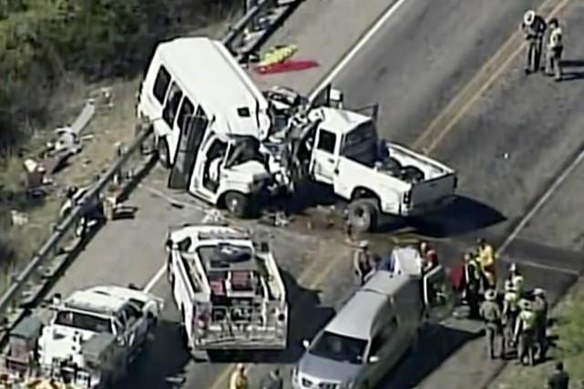 Les 14 occupants du petit autobus blanc étaient... (PHOTO AP)