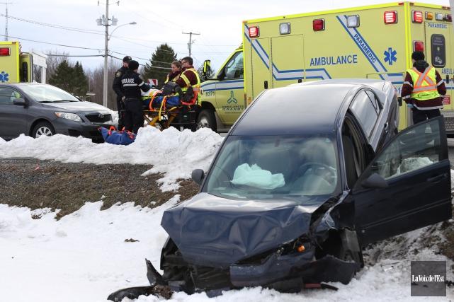 Les deux voitures se sont retrouvées dans le... (Christophe Boisseau-Dion, La Voix de l'Est)