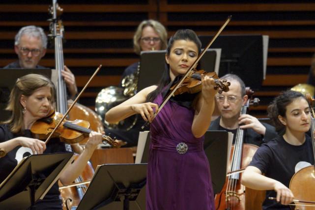 La violoniste Karen Gomyo est venue rejoindre l'orchestre... (Fournie par l'OSQ, Héloïse Kermarrec)