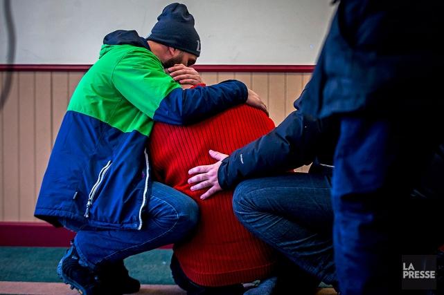 Un homme se fait consoler peu après la... (Olivier Jean, archives La Presse)