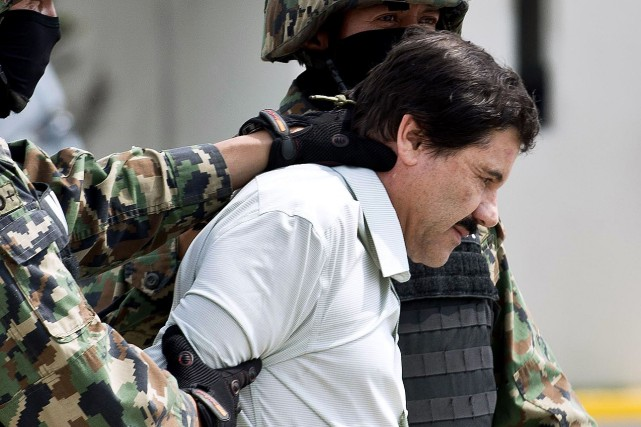 Joaquin Guzman escorté par des federales à Mexico,... (PHOTO AFP)