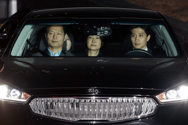 Park Geun-Hye (au centre), qui se trouvait dans... (AP, Chung Sung-Jun)