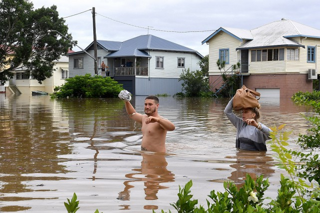 Deux résidants de Lismore, dans l'État de la... (PHOTO Dave Hunt, REUTERS/AAP)