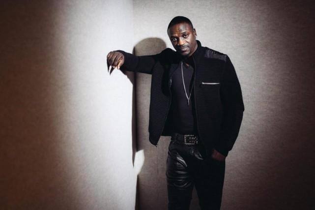 Le chanteur Akonfera danser la foule du Beachclub... (photoCasey Curry, archives associated press)
