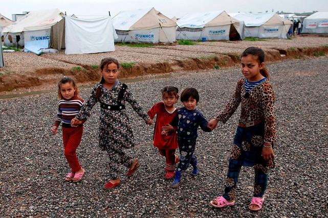 Des fillettes se promènent dans le camp de... (PHOTO AGENCE FRANCE-PRESSE)