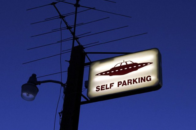Enseigne annonçant un stationnement pour les engins spatiaux... (Archives AP)