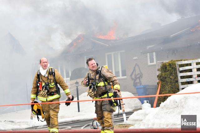 Une trentaine de pompiers ont combattu les flammes... (Stéphane Lessard)