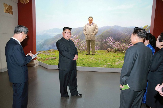 Le leader nord-coréen Kim Jong-un pose avec une... (PHOTO REUTERS/KCNA)