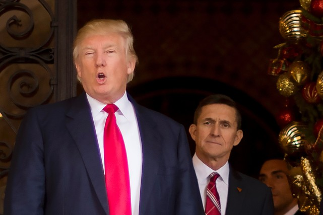 Donald Trump aux côtés de Michael Flynn... (PHOTO JIM WATSON, ARCHIVES AGENCE FRANCE-PRESSE)