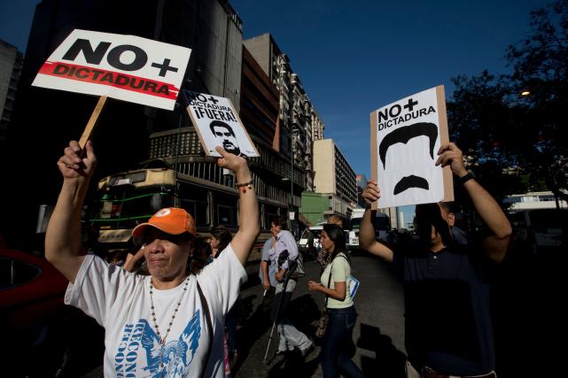 Des manifestants ont exigé le départ du président... (AP, Fernando Llano)