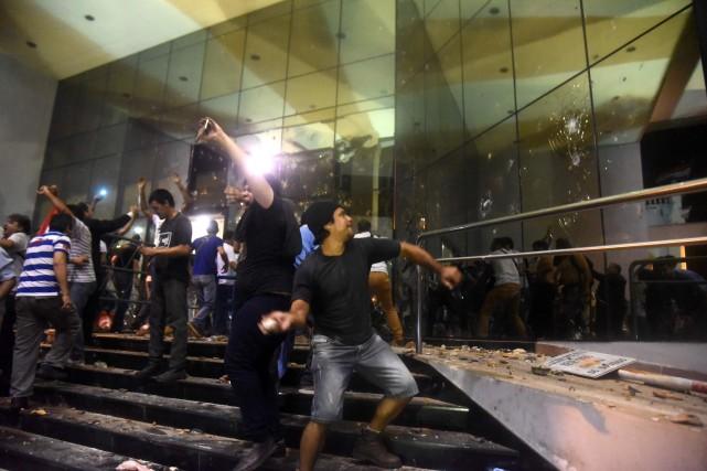 Scandant des slogans comme «Plus jamais de dictature»,... (PHOTO NORBERTO DUARTE, AFP)