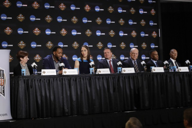 Muffet McGraw, Tracy McGrady, Rebecca Lobo, Bill Self,... (photo David J. Phillip, AP)