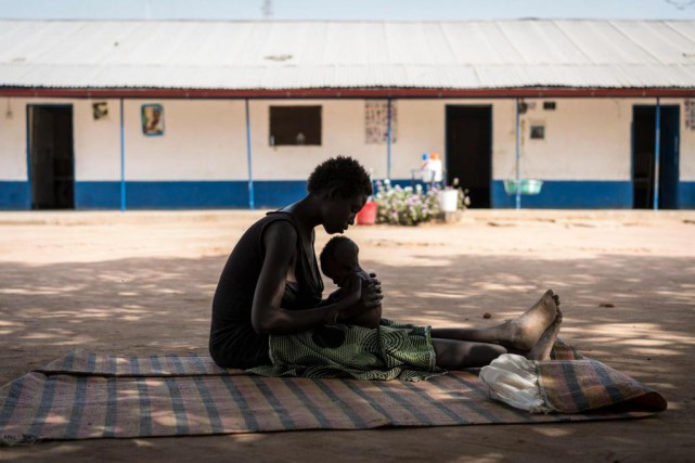 Une mère prend soin de son enfant dans... (Photo Mackenzie Knowles-Coursin, UNICEF / Associated Press)