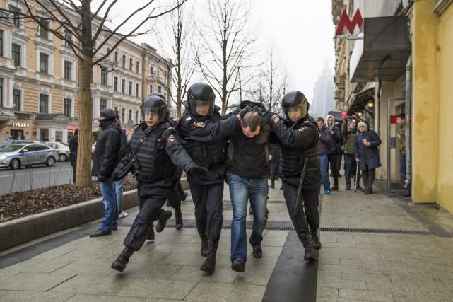 Selon l'organisation OVD-Info, spécialisée dans la surveillance des... (Photo Pavel Golovkin, Associated Press)