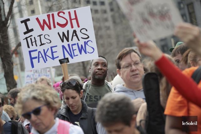 Un manifestant américain tient une pancarte sur laquelle... (Photothèque Le Soleil)