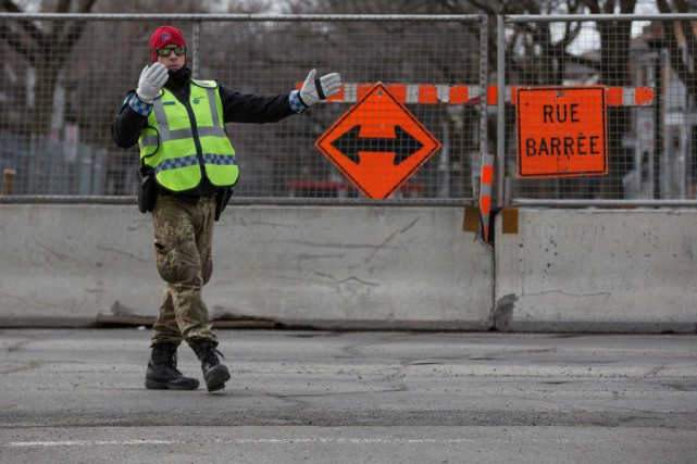 Les policiers qui gèrent le trafic près des... (PHOTO SIMON GIROUX, LA PRESSE)