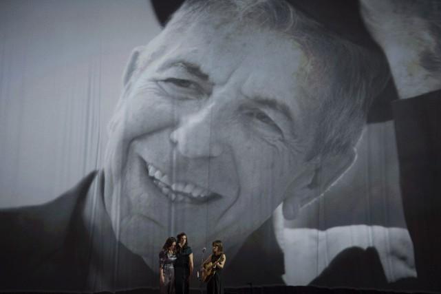 Feist a chanté un hommage à Leonard Cohen,... (Sean Kilpatrick, La Presse canadienne)