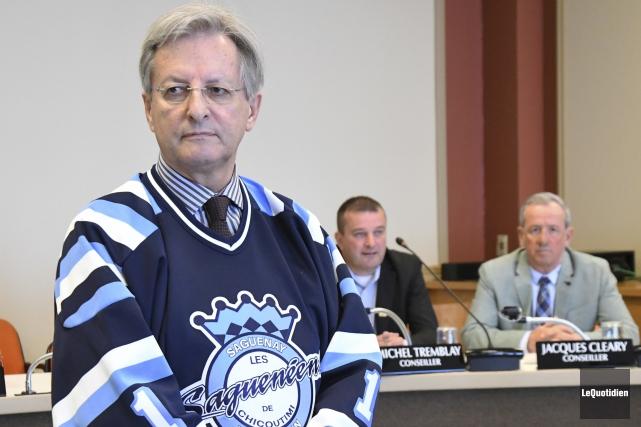 Le maire Jean Tremblay a porté le chandail... (Le Quotidien, Michel Tremblay)