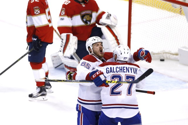Andrew Shaw célèbre son but avec Alex Galchenyuk... (PHOTO REUTERS)