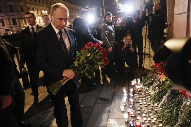Vladimir Poutine a déposé un bouquet de fleurs... (PHOTO AP)