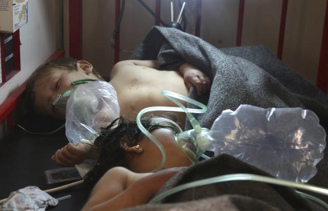 Des enfants reçoivent des traitements après une attaque... (Archives AFP)
