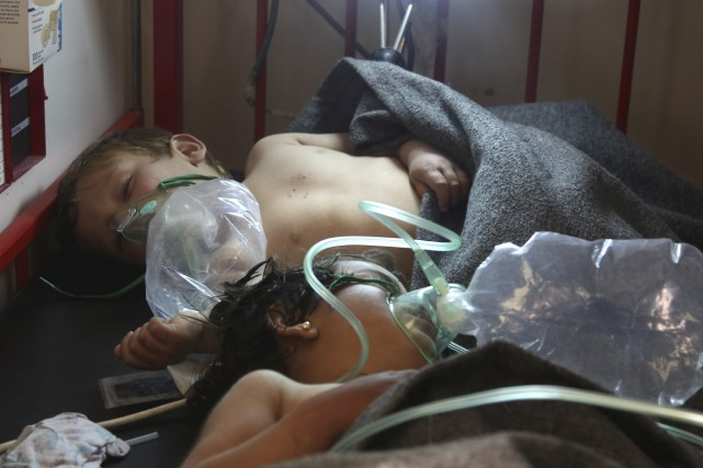 Des enfants reçoivent des traitements après une possible... (AFP, Mohamed al-Bakour)