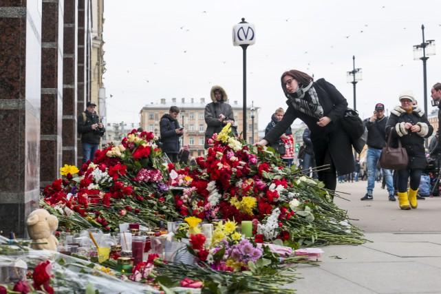 Des résidants de Saint-Pétersbourgsont venus mardi déposer des... (AP, Evgeny Kurskov)