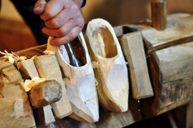 Un sabotier travaille dans son atelier d'Aarle-Rixtel, dans... (AFP, Maude Brulard)
