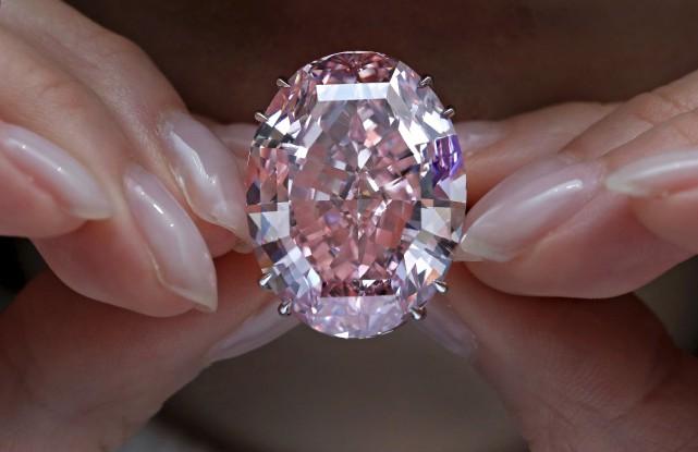 Le diamant Pink Star de 59,60 carats est... (AP, Vincent Yu)