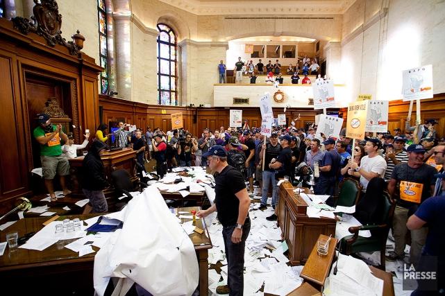 Rappelons que 54pompiers et 11cols bleus sont accusés... (SARAH MONGEAU-BIRKETT, ARCHIVES LA PRESSE)