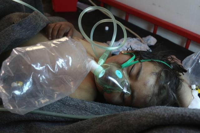Un enfant reçoit des traitements après l'attaque «chimique»... (PHOTO AFP)